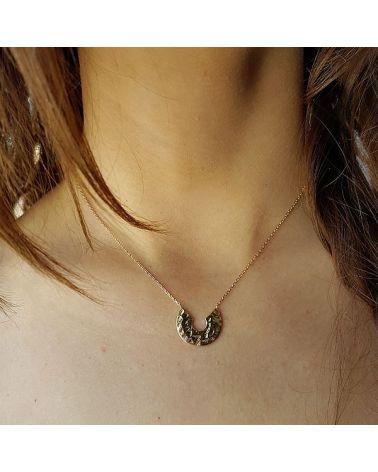 Collier or pendentif demi cercle martelé