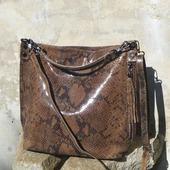 Après le lepard et le zèbre, voilà notre sac Hobo Imprimé Python ! Porté epaule ou en bandoulière   🐍E-shop www.zoshacollection.com 🐍Inspiration : Wild Touch !  #sacpython #saccuir #sac #bag #bohobag #imprimeanimal #pythonbag #fashionstyle #bagslovers #bagsaddict #instagood #instafashion #wildtouch