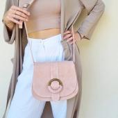 Tendance NUDE pour un look naturel ! Nouveau sac en daim sur le e shop. Existe aussi en noir, camel et taupe  #sac #sacdaim #sacbandouliere #saccuir #nude #couleurnude #madeinitaly #bags #baggsaddict #vestezara #hossegor #zoshacollection