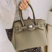 Comme notre jolie Noelie, ajoutez la touche  italienne à votre look avec un sac Save My Bag ! #savemybag #sac #sacneoprene #neoprene #smbmilano #birkinbag #vegan #kaki #kakibag #ultralight #washable #lavable #madeinitaly #zoshacollection