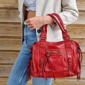 Le sac est souvent la bonne occasion de booster une tenue aux couleurs basiques. Alors aujourd'hui, on opte pour le rouge en cuir Vintage #sac #saccuir #nouveautés #cuirvieilli #saccuirvintage #sacrouge #sacamain #sacfemme #sac2021 #ootd #hossegor #zoshacollection