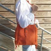 Coup de Peps avec le sac à franges IT-HIPPIE ! #sac #sacs #sacfranges #ithippie #casual #casualoutfit #coolbags #coolstyle #sacorange #daim #sacdaim #fetedesmeres #hossegor #zoshacollection